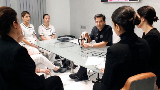 formación de equipo en la mejor clinica dental en Sevilla