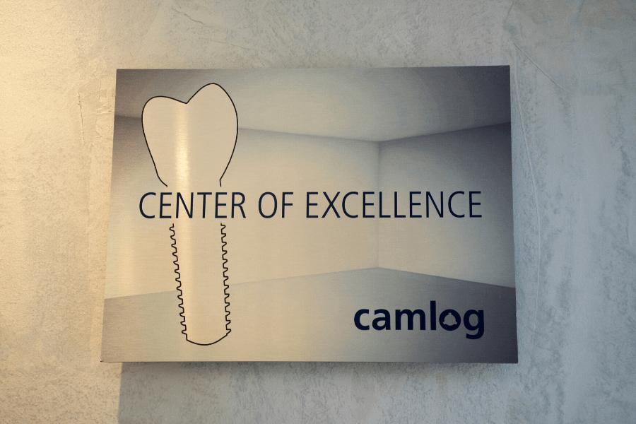 síntomas rechazo implante dental, imagen del cartel de implantes CAMLOG, Instituto Dental Lebrón